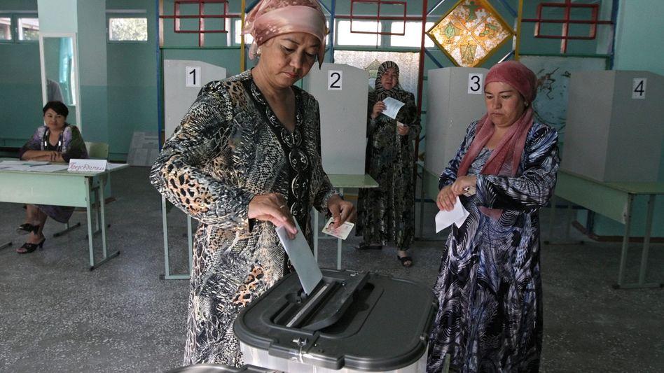 Kirgisin bei der Stimmabgabe: Offizielle Ergebnisse liegen noch nicht vor