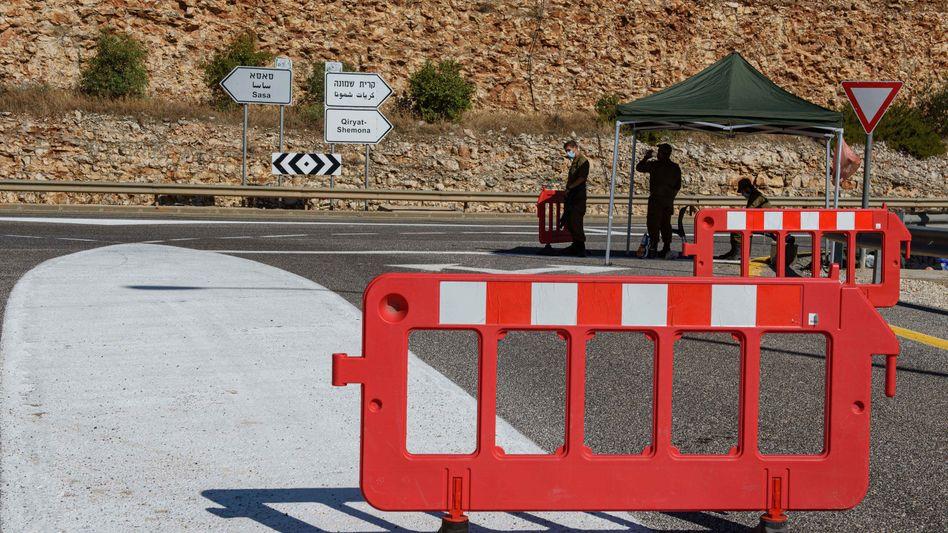 Rihaniya, Israel: Zwei israelische Soldaten an einem Kontrollpunkt in der Nähe der israelisch-libanesischen Grenze