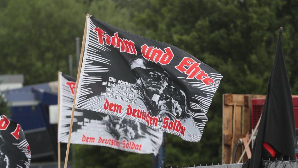 Fahnen auf einem Neonazi-Konzert in Deutschland: Rechtsextreme Umtriebe häufen sich