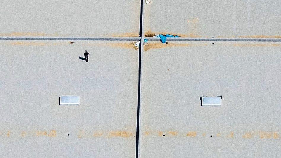 Dach einer Gewerbehalle im bayerischen Dingolfing: Als ob Land ein nachwachsender Rohstoff wäre