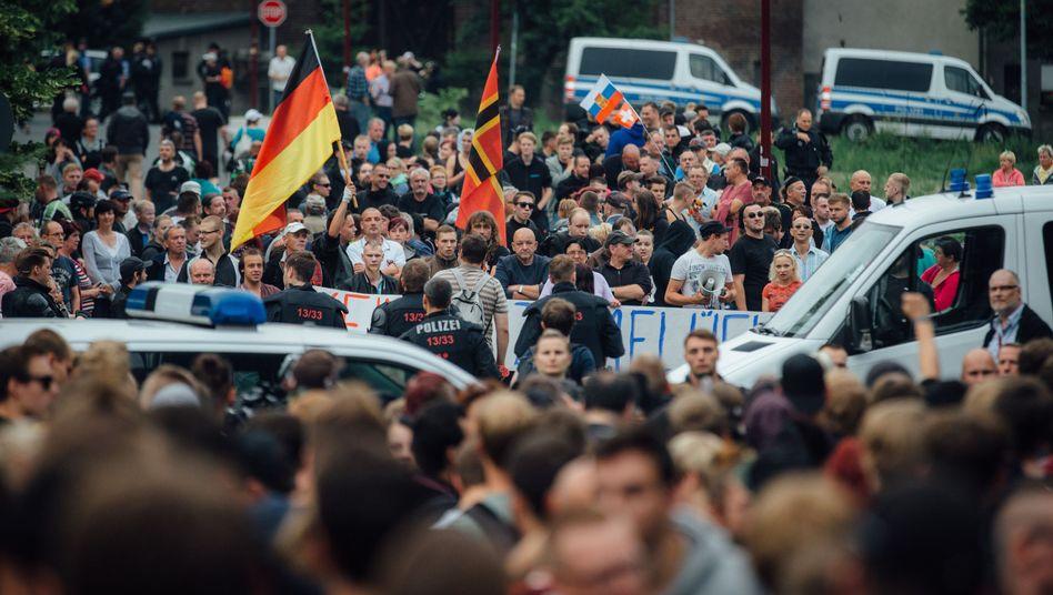 Protest vor Flüchtlingsheim in Freital: Dutzende auf der Straße, Tausende im Netz