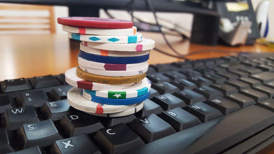 Pokerchips auf Computertastatur