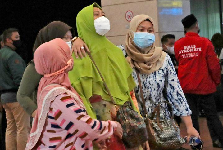 Angehörige der Passagiere des vermissten Flugzeugs warten im Krisenzentrum des Flughafens in Jakarta