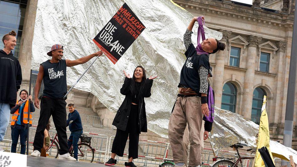 Antirassistische und dekoloniale Politik zum Ziel: Die Urbane bei einer Protestaktion vor dem Bundestag