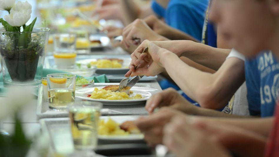 Schüler essen an einer Ganztagsschule in der Kantine (Archivbild)