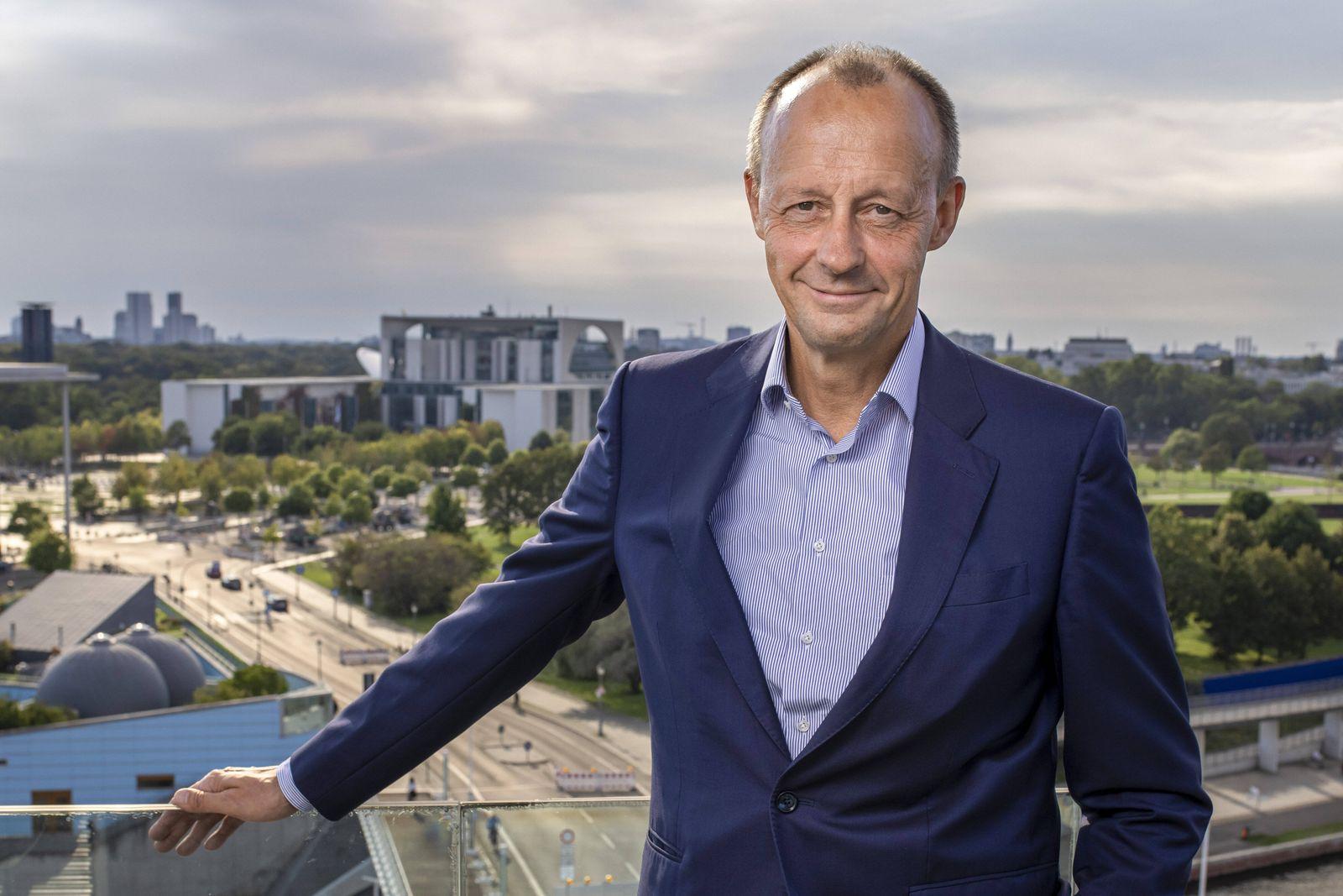 Friedrich Merz, CDU, Kandidat fuer das Amt des CDU Parteivorsitzes, mit Blick auf das Bundeskanzleramt. Berlin 16.09.20