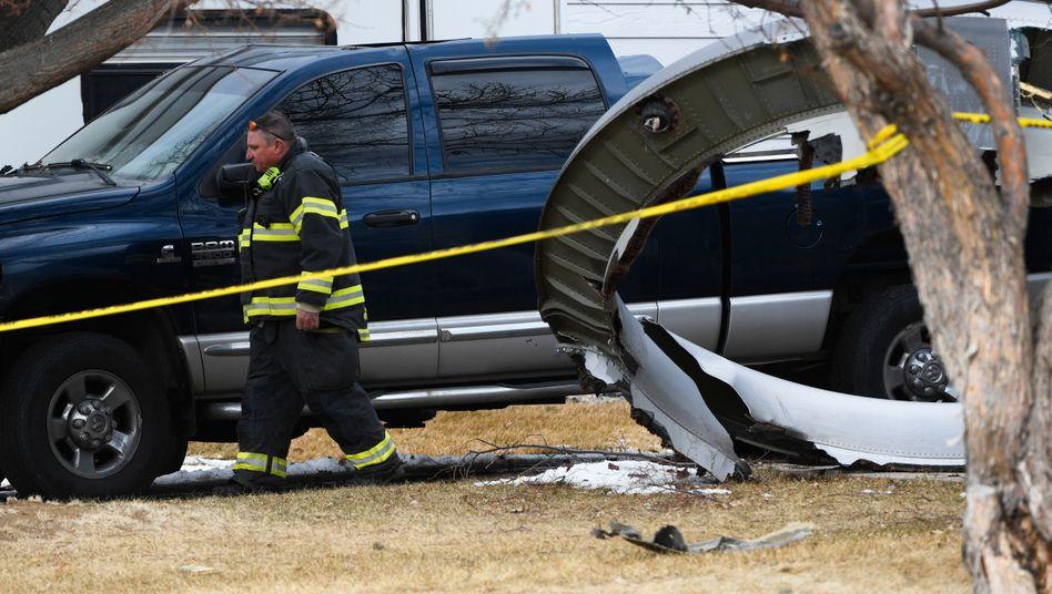 Polizist sichert herabgestürztes Flugzeugteil in der Nähe von Denver: Es sei »erstaunlich«, dass nach ersten Erkenntnissen niemand verletzt worden sei