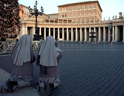Nonnen (vor dem Wohngebäude des Papstes): Stille Reserve