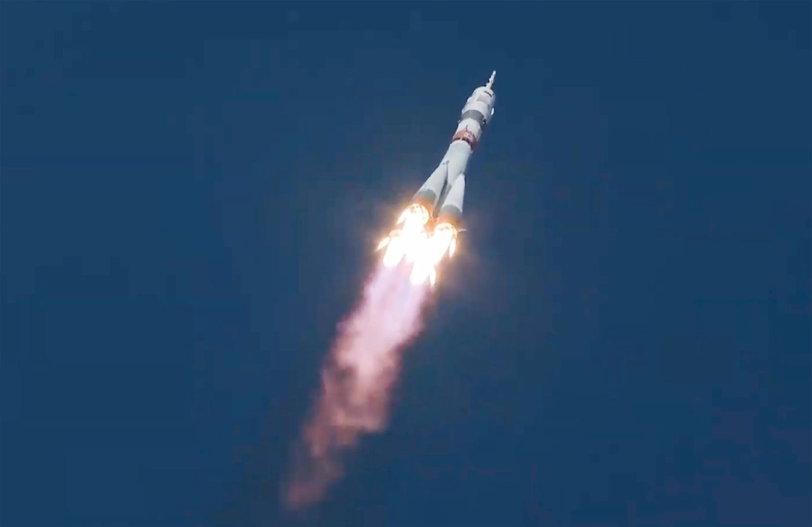 Drei Raumfahrer starten mit einer Sojus-Rakete zur ISS