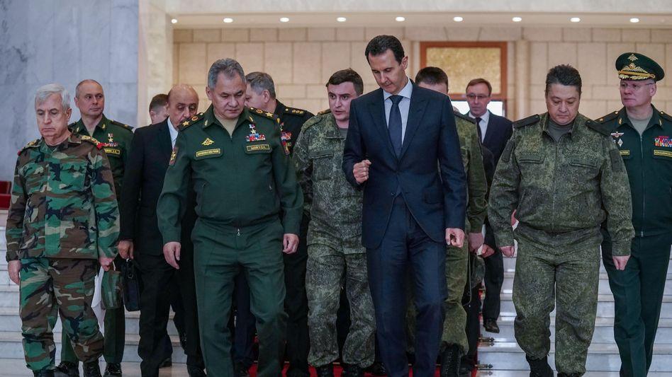 Syriens Machthaber Assad und Militärs bei einem Besuch des russischen Verteidigungsministers (Foto vom März 2020)