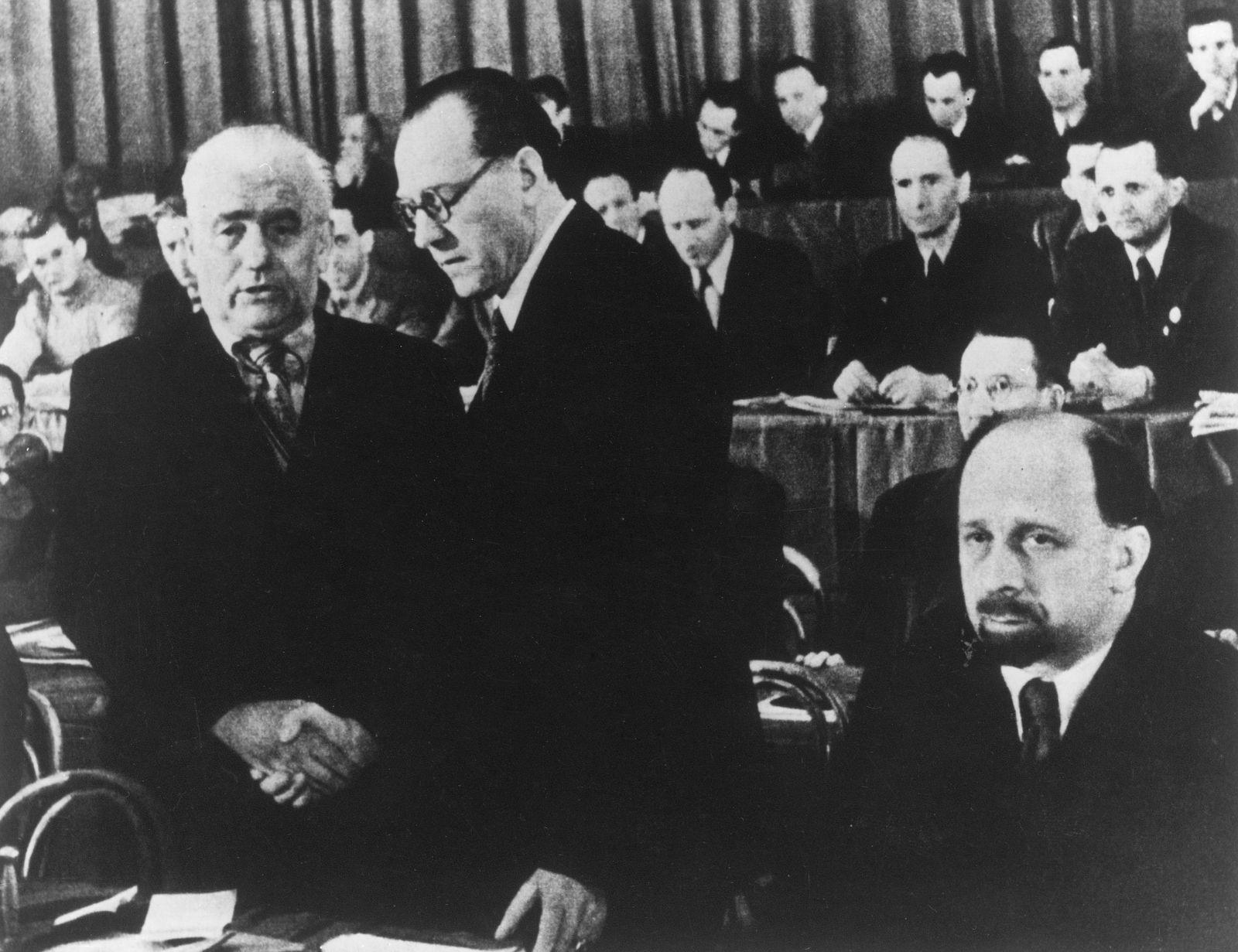 Vereinigungsparteitag von KPD und SPD zur SED im Berliner Admiralspalast am 21./22.April 1946: Wilhelm Pieck (KPD/links) und Otto Grotewohl (SPD/rechts) bei ihrem Händedruck. Rechts sitzend: Walter Ulbricht.