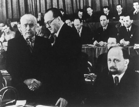 Von nun an gemeinsam: Kommunist Pieck (l.), Sozialdemokrat Grotewohl reichten sich die Hand