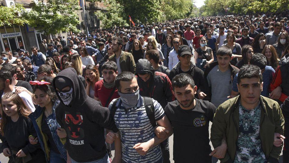 Oppositionelle protestieren gegen Ex-Präsident und Neu-Präsident Sargsjan im armenischen Eriwan