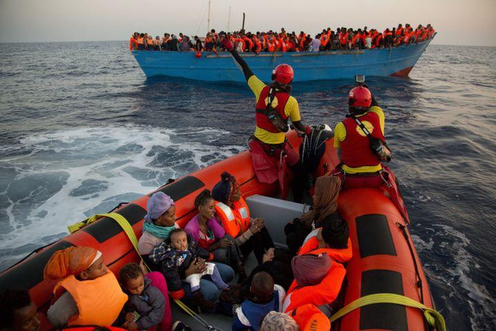 Flüchtlinge und Helfer im Mittelmeer