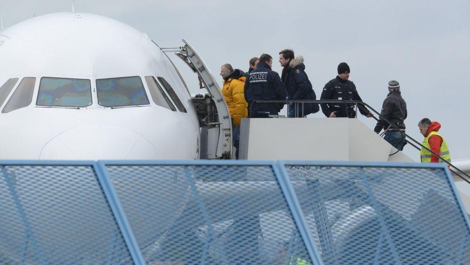 Abgelehnte Asylbewerber auf dem Baden-Airport in Rheinmünster (im Jahr 2015)