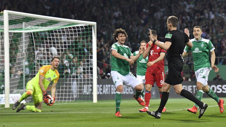 Daniel Siebert steht im Mittelpunkt des DFB-Pokalhalbfinals in Bremen