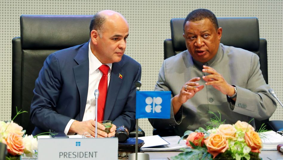 Opec-Generealsekretär Mohammad Barkindo (rechts) wurde in seinem Amt bestätigt.
