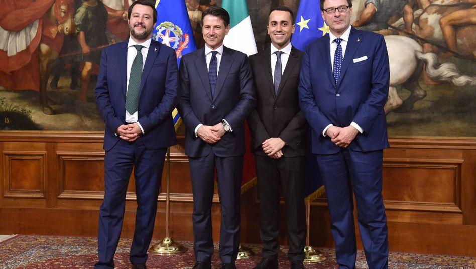 Italiens Premierminister Giuseppe Conte (2. v. l.) und Minister Salvini, Di Maio und Giorgetti