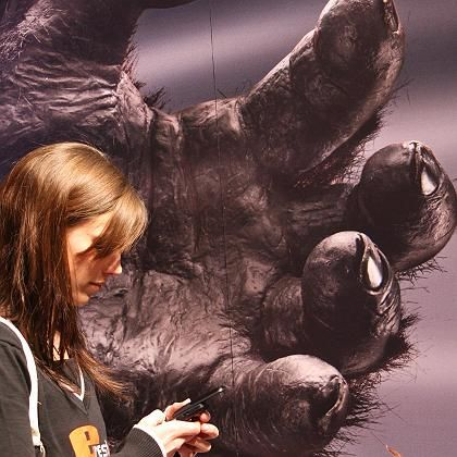 Eine Frau mit Handy auf der Computermesse Cebit: Die Abhängigkeit von Internet und Mobiltelefon nimmt immer mehr zu