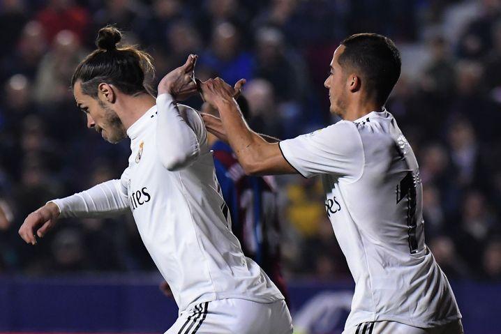 Gareth Bale (links) schiebt Lucas Vázquez weg