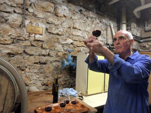 Ein französischer Kellermeister begutachtet eine Cuvée (Archivbild)
