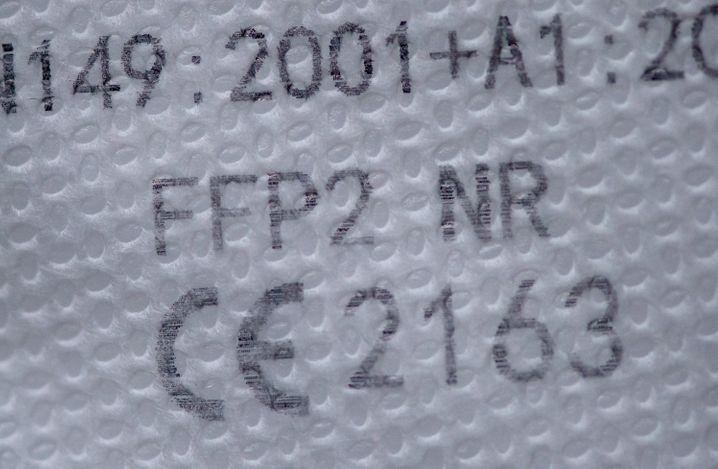 CE-Kennzeichnung und Prüfcode auf einer FFP2-Maske