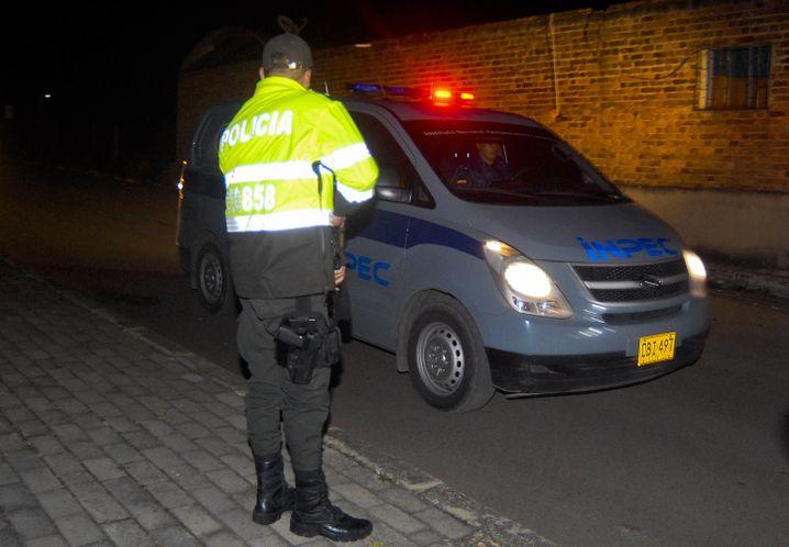 Polizist vor dem Gefängnis in Combitá: In diesem gepanzerten Wagen rollt der entlassene Häftling Velásquez Vásquez in die Freiheit