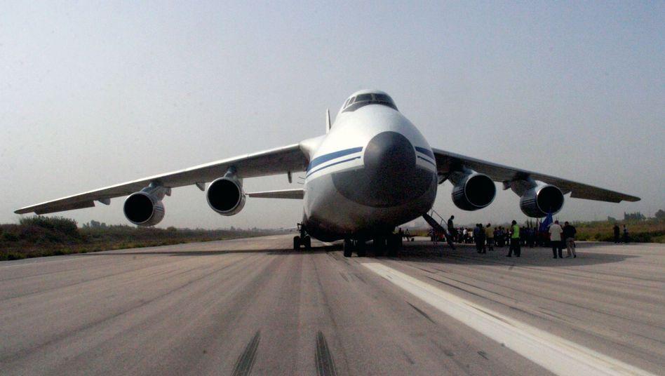 Russisches Transportflugzeug in Latakia: Immer mehr Material und Personal in Syrien