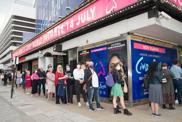 Musicalfans stehen vor dem Gillian Lyne Theater für »Cinderella« an: Mehrfache Verschiebung der Premiere