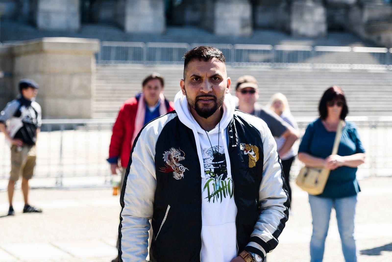 Attila Hildmann protestiert vor dem Reichstag gegen die Corona Maßnahmen Der Autor zahlreicher veganer Kochbücher Attil