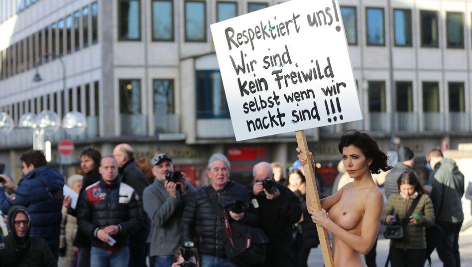 Aktionskünstlerin Milo Moire in Köln: Nackter Protest gegen die Übergriffe