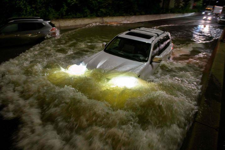 Überschwemmung in New York: Ein Autofahrer versucht, den Fluten auf einer Schnellstraße im Stadtteil Brooklyn zu entkommen