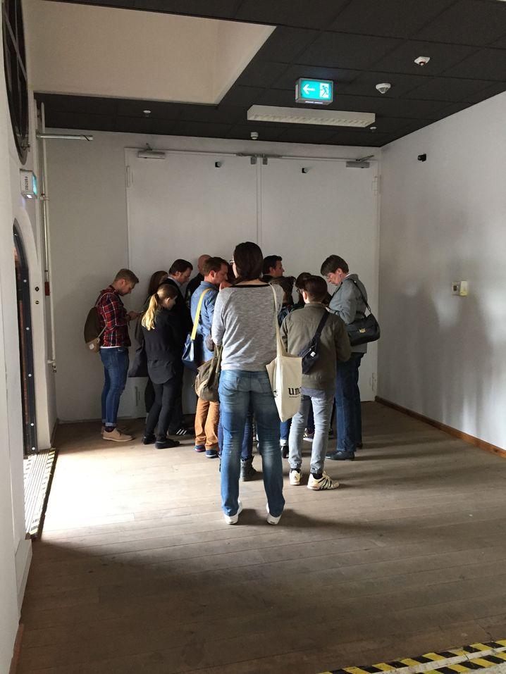 Drinnen läuft ein Snapchat-Vortrag, draußen wird auf Einlass gewartet - vergebens
