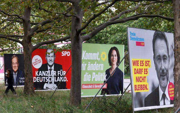 Plakate von Kanzlerkandidatin und Kanzlerkandidaten. Und von Christian Lindner