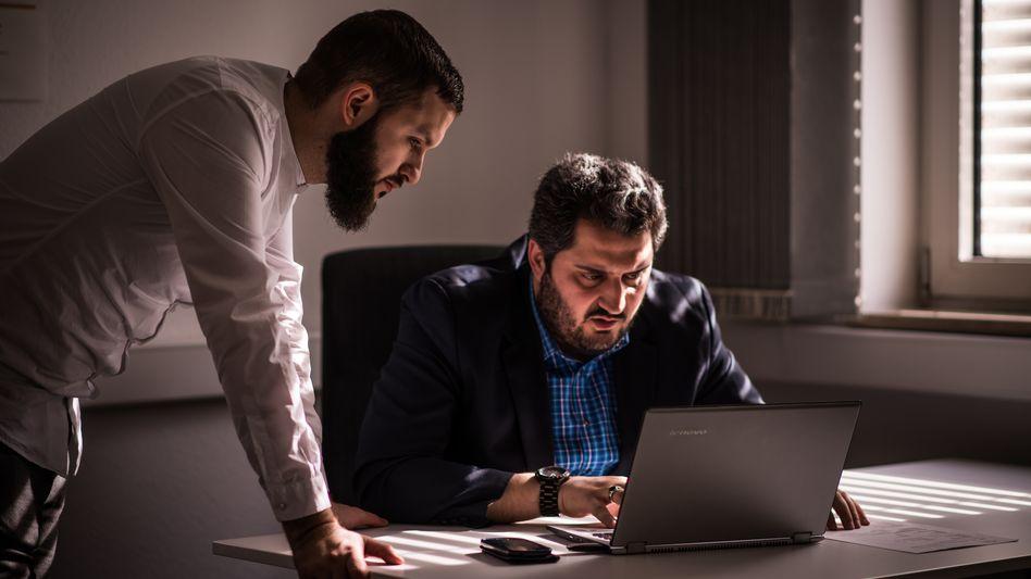 Projektkoordinator Çelik, Mitarbeiter Taknsoy (l.) in der Beratungsstelle in Frankfurt: Verzweifelte Eltern, ratlose Lehrer, wehrhafte Bürger