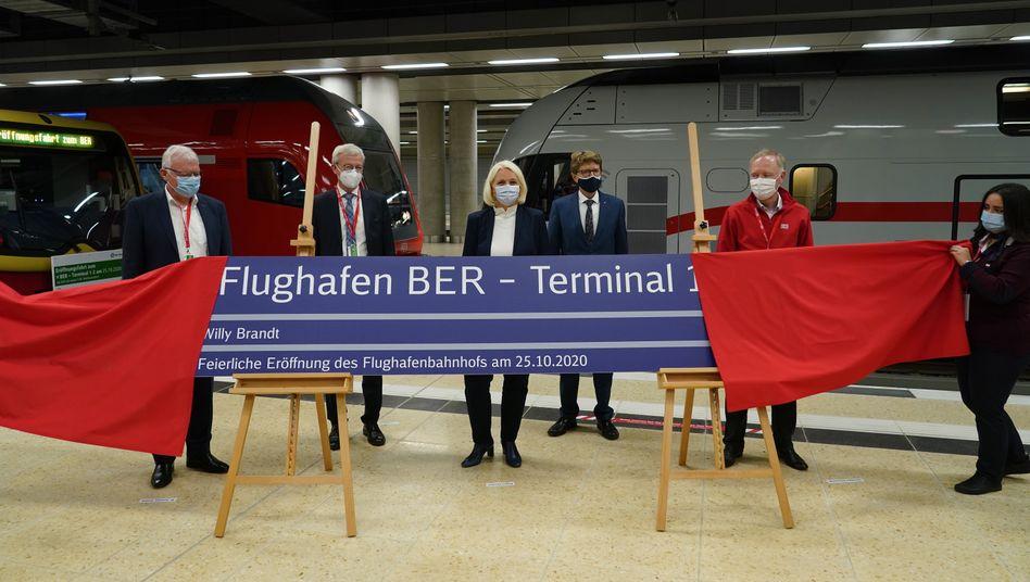 BER- und Bahnmanager bei der Eröffnung des Flughafenbahnhofs am Sonntag. Vierter von links: Airportchef Engelbert Lütke Daldrup