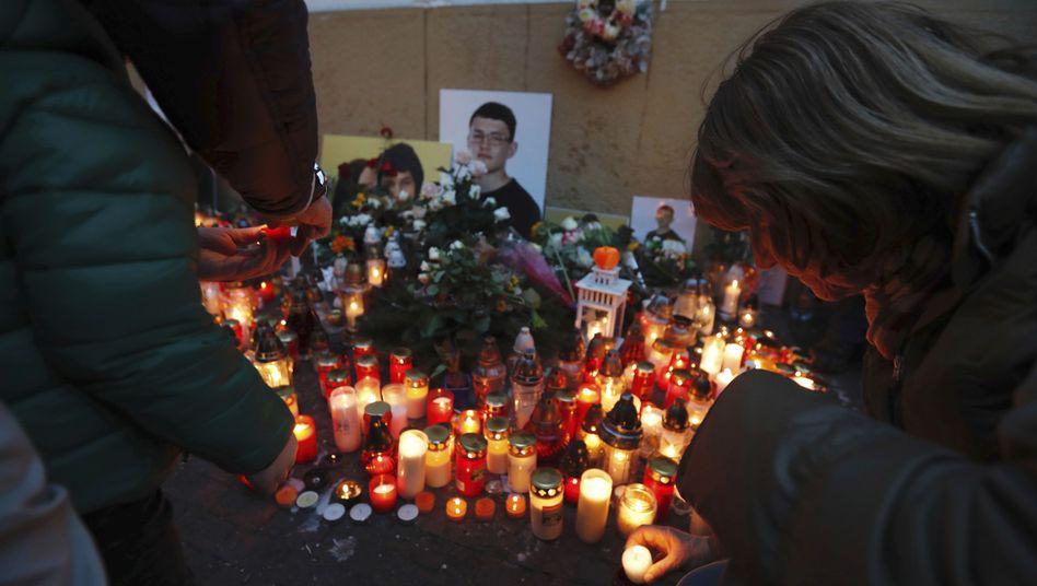 Kerzen brennen vor Fotos des ermordeten Enthüllungsjournalisten Ján Kuciak und seiner Verlobten Martína Kusnírová am ersten Jahrestag des Verbrechens im Februar 2019