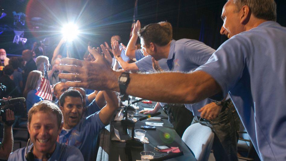 Nasa-Mitarbeiter im Kontrollzentrum am 6. August: Wie Rockstars gefeiert