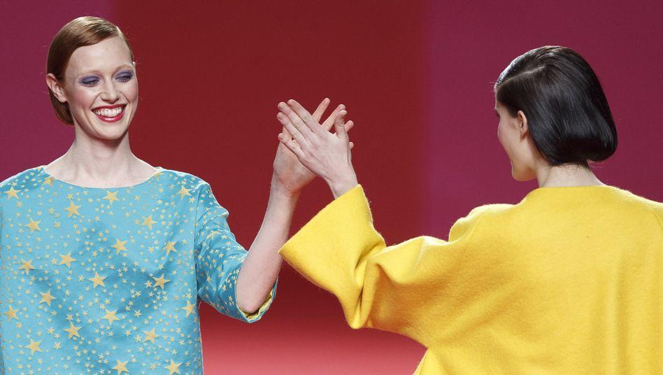 Zeigt her eure Hände: Geste bei einer Modenschau in Madrid