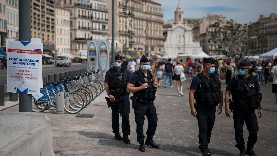 In Marseille kontrollieren Polizisten die Maskenpflicht in der Öffentlichkeit (Archivbild)