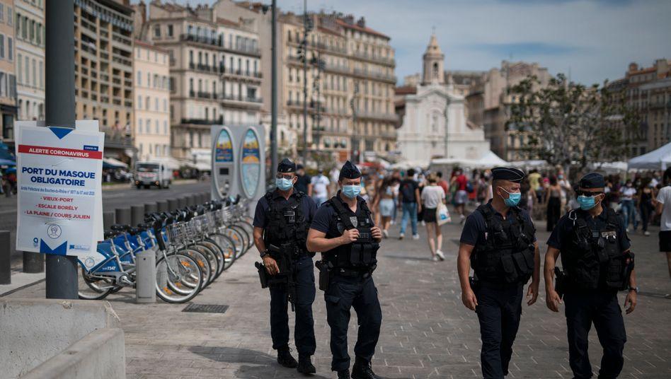In Teilen Marseilles gab es bereits eine Maskenpflicht, die von Bereitschaftspolizisten kontrolliert wird