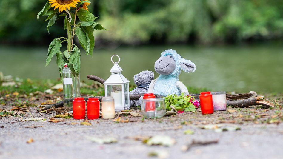 Stofftiere, Kerzen und Sonnenblumen an dem kleinen See am Oberlandesgericht Hamm: Dort wurde am Sonntag eine Frauenleiche gefunden