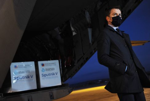 Der slowakische Premier Matovic nimmt den russischen Impfstoff »Sputnik V« in Empfang