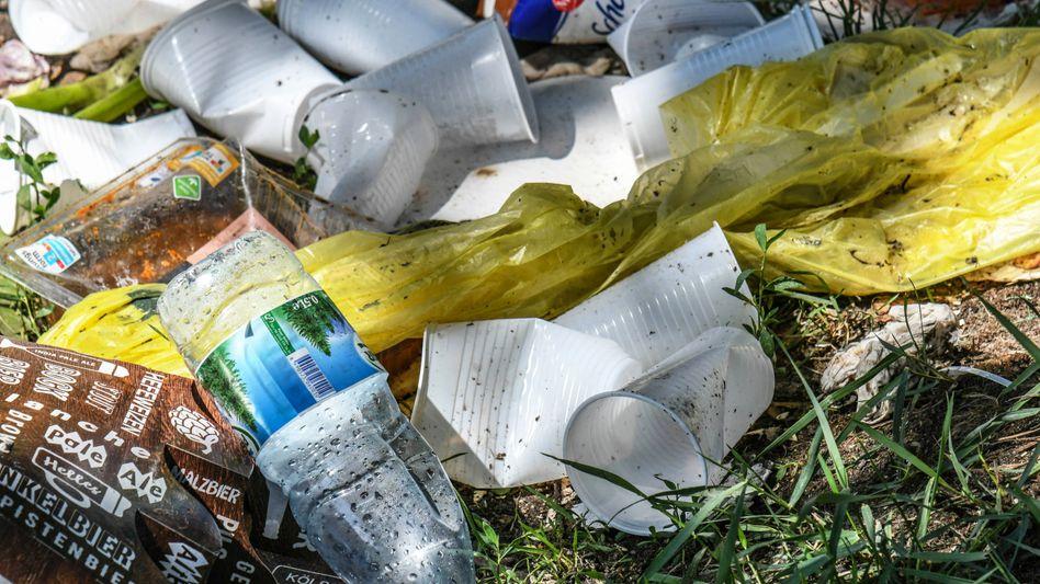 An öffentlichen Plätzen bleibt immer mehr Müll liegen. Die Entsorgung ist für die Kommunen teuer