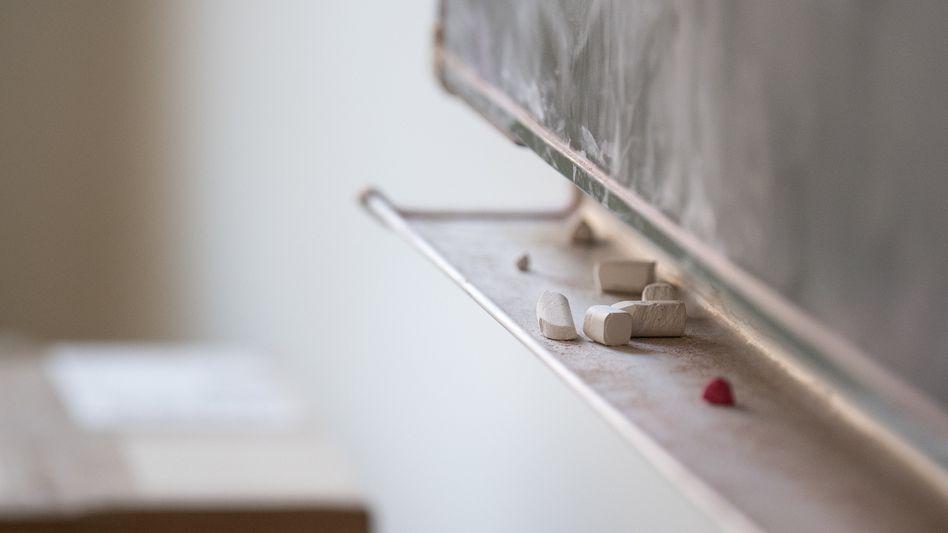 Kreide liegt unter einer Tafel in einem Klassenzimmer (Symbolbild)