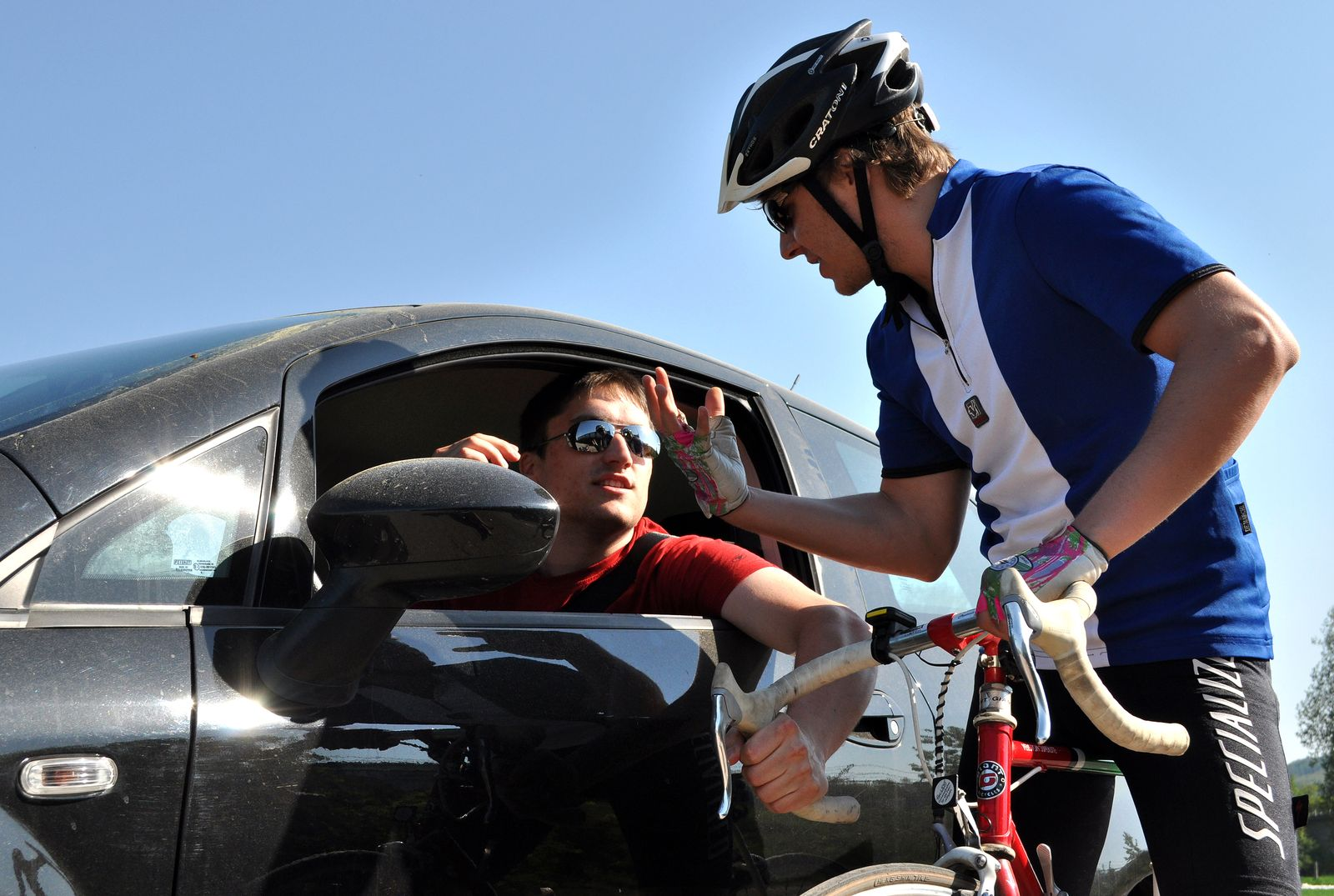 EINMALIGE VERWENDUNG Radfahrer / Autofahrer im Clinch