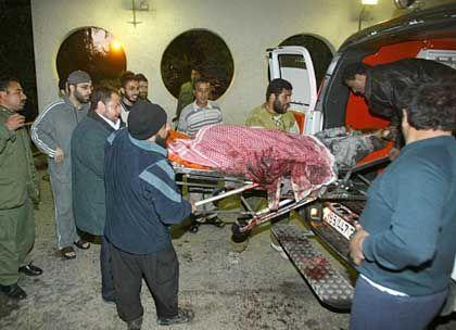 Abtransport der Leiche: Eine Ambulanz bringt den getöteten Scheich Jassin ins Krankenhaus