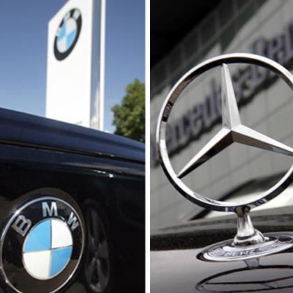 Logos von Mercedes und BMW: Große Autos, üppiger Verbrauch, hoher CO2-Ausstoß