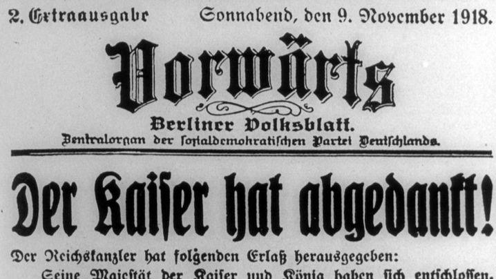 Video (1:41): Die Geburtsstunde der Weimarer Republik Der Weg zur ersten Demokratie in Deutschland führt über eine Volksbewegung, die den Kaiser und die Monarchie stürzt. Wie es schließlich zur Weimarer Republik kommt, sehen Sie im Video.