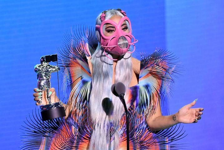 Lady Gaga mit pinker Maske